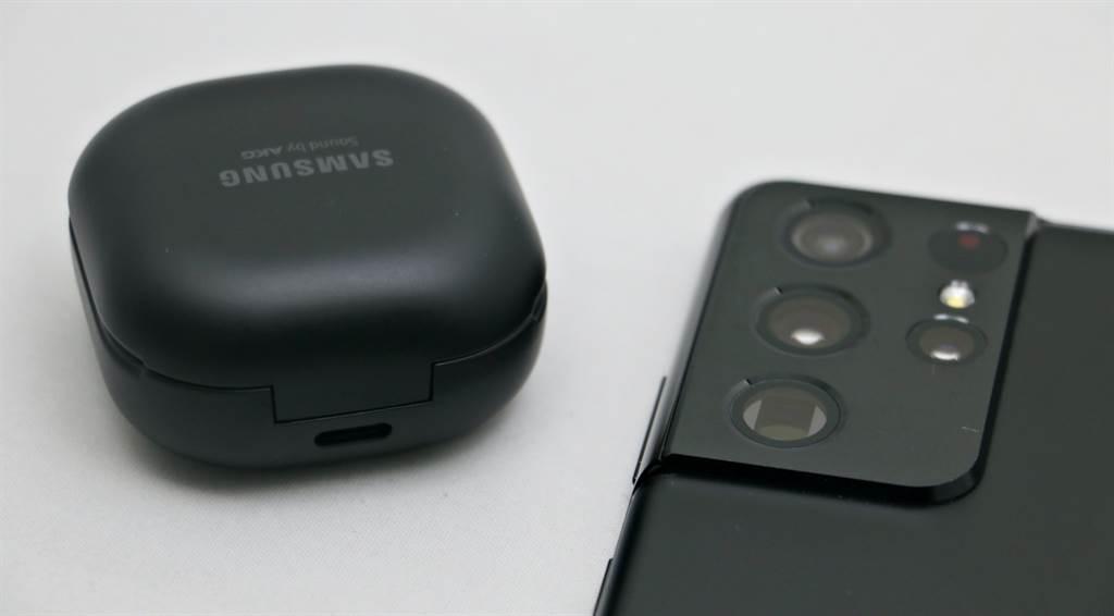 Galaxy Buds Pro充電孔位於盒子後方(底部有無線充電線圈,可透過無線充電方式為它充電)。(黃慧雯攝)