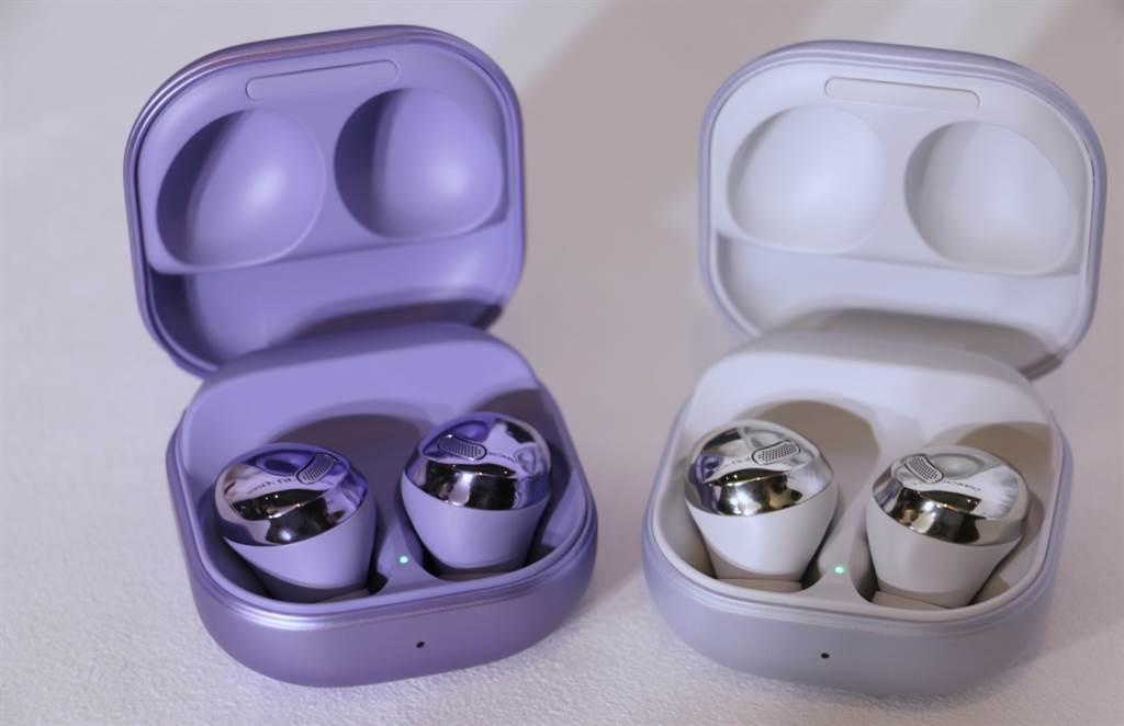三星Galaxy Buds Pro共有星魅紫、星魅黑、星魅銀三色,圖為「星魅紫」、「星魅銀」款式。(黃慧雯攝)