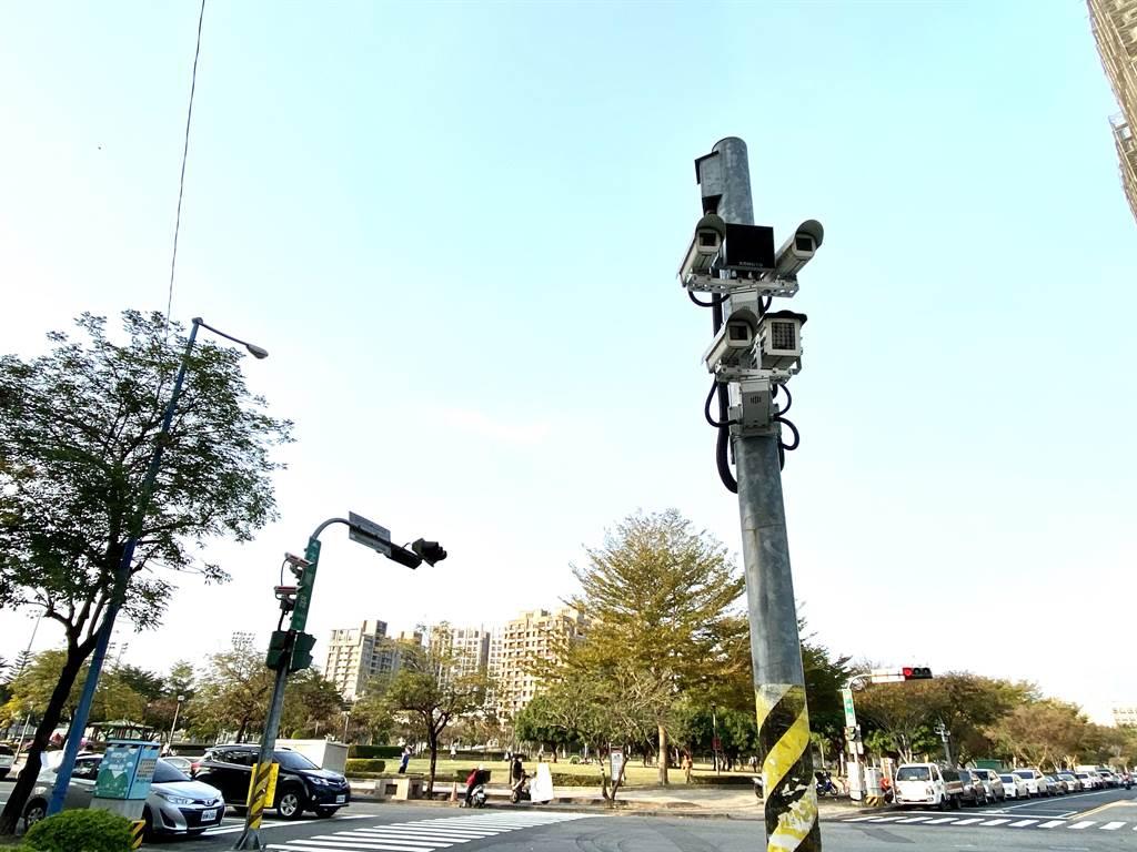 台中市警察局表示,台中市錄影監視系統自1999年起建置,目前計有6860組、2萬9655支鏡頭,24小時不間斷錄影,建構電子城牆。(盧金足攝)
