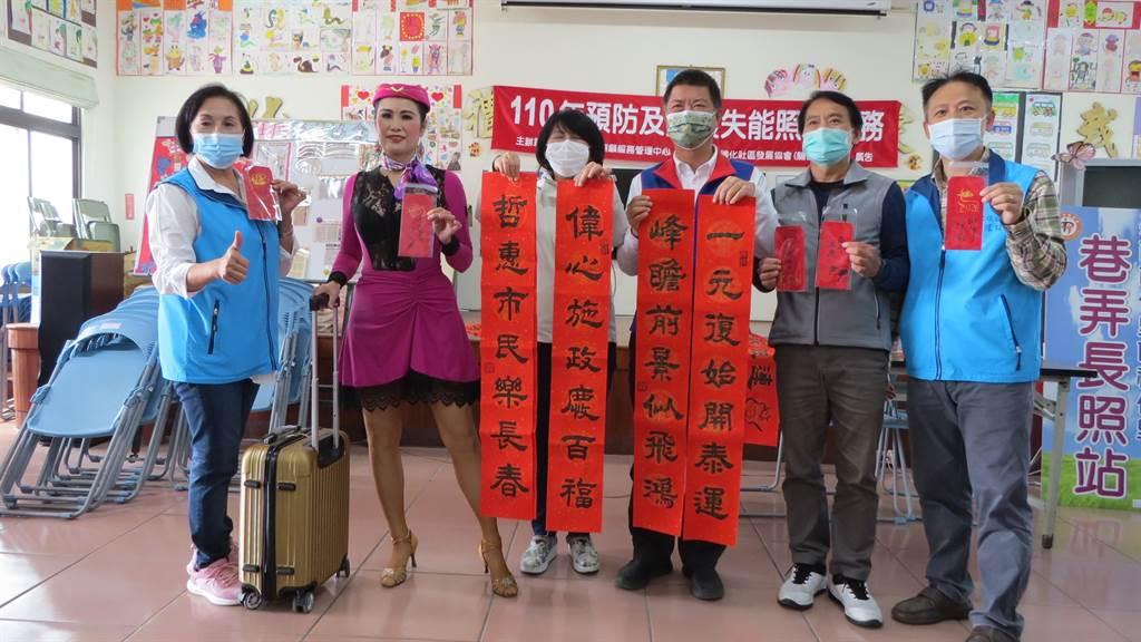 台南市長夫人劉育菁出席佳里禮化社區寫春聯活動。(讀者提供/莊曜聰台南傳真)