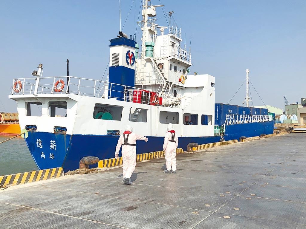高雄籍億薪輪昨靠泊金門料羅港,傳出日前1名印尼籍船員在對岸核酸檢測曾檢出弱陽性。(李金生攝)