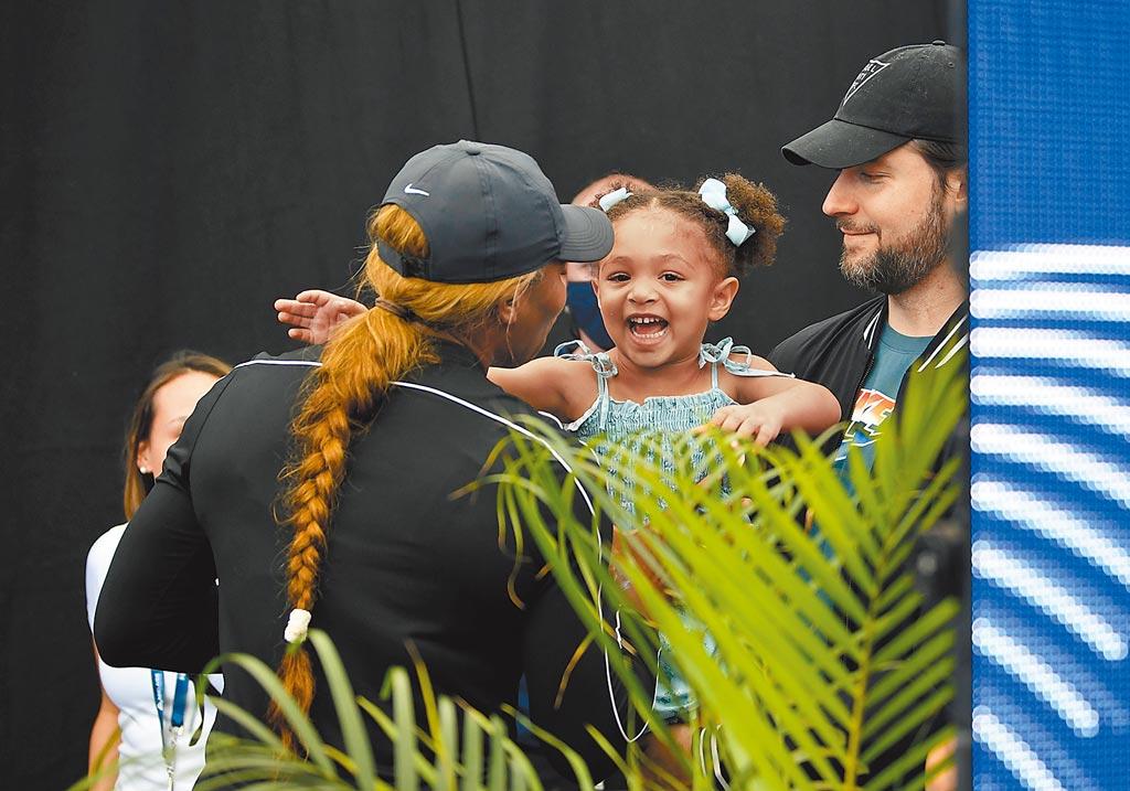 美國前球后小威廉絲(左)解隔離出關,迫不及待帶3歲女兒(中)去動物園走走。(路透)