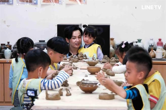 張書偉帶小朋友體驗陶藝課程。(LINE TV提供)