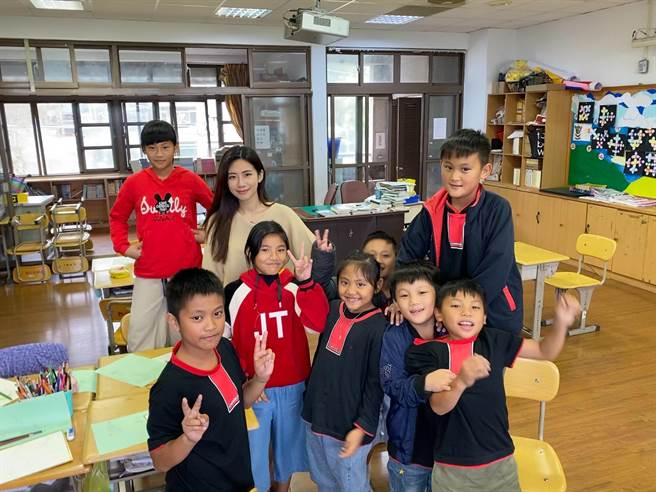 趙岱新與原聲音樂學校的孩子開心合影。(TVBS提供)