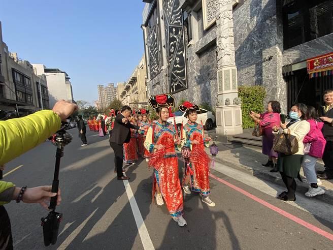 台中市南屯區30日出現新郎騎著白馬,大花轎迎娶新娘,還有四輛總價超過上億的跑車開道,熱鬧的格格團及八音鑼鼓。(盧金足攝)