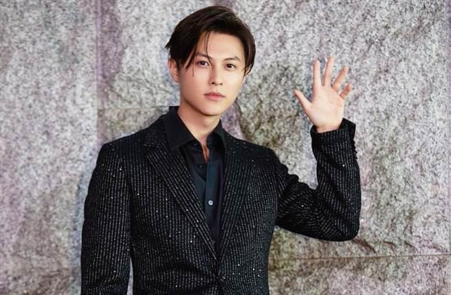 男星王子(邱勝翊)選穿一襲BOSS 2021春季黑色亮片條紋西裝出席電影《山中森林》演員卡司發布會。(IG@prince_pstar)