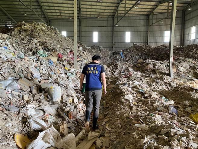 廠房內堆滿超過2層樓高的廢棄物,環保局事後依法開罰。(環保局提供/李俊淇新北傳真)