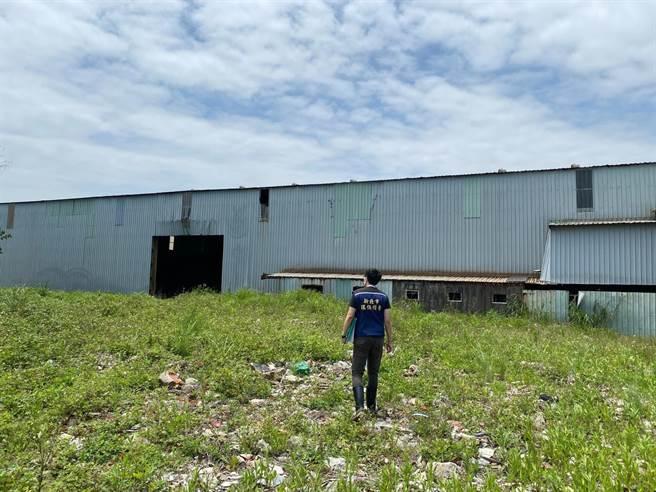 2000坪的鐵皮廠房內堆滿事業廢棄物。(環保局提供/李俊淇新北傳真)