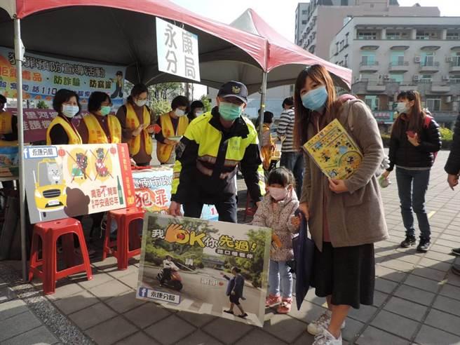 台南市警察局永康分局結合永康社教館舉辦「福牛賀新春」活動,宣導居家安全。(永康警分局提供/李宜杰台南傳真)