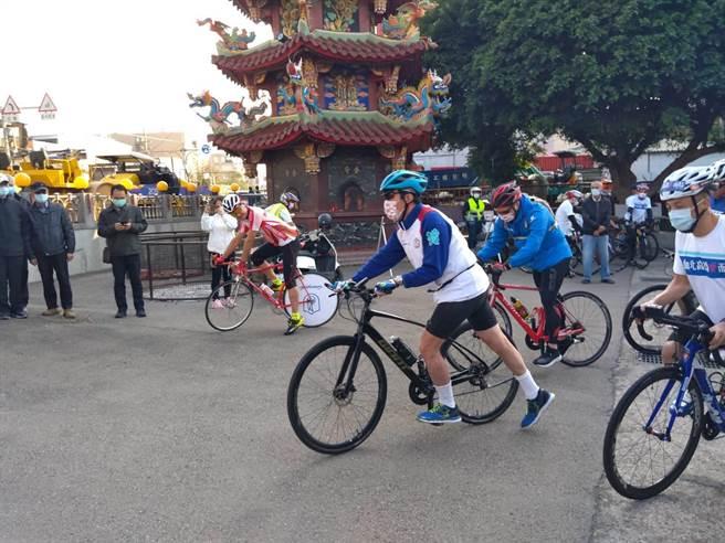 前總統馬英九一身單車勁裝要從新竹市騎到彰化。(邱立雅攝)