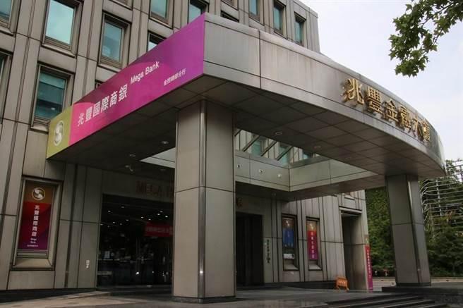 兆丰银员工年终奖金平均6.5个月到7个月,仍居公股银年终王(图/兆丰银提供)