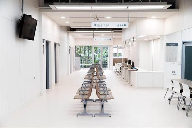 大地色系的桌椅,搭配暖白色的牆面,消除緊張混亂的氛圍,呈現衛生所安心與專業感。(Photo Credit:台灣設計研究院)