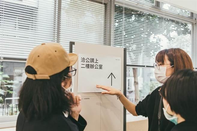 流動式資訊指標牌的規範,選用開源字體「泉源圓體」,並以所內印表機 A4、A3 尺寸為設計,讓工作人員用一般電腦軟體都可以簡單列印公告。(Photo Credit:台灣設計研究院)