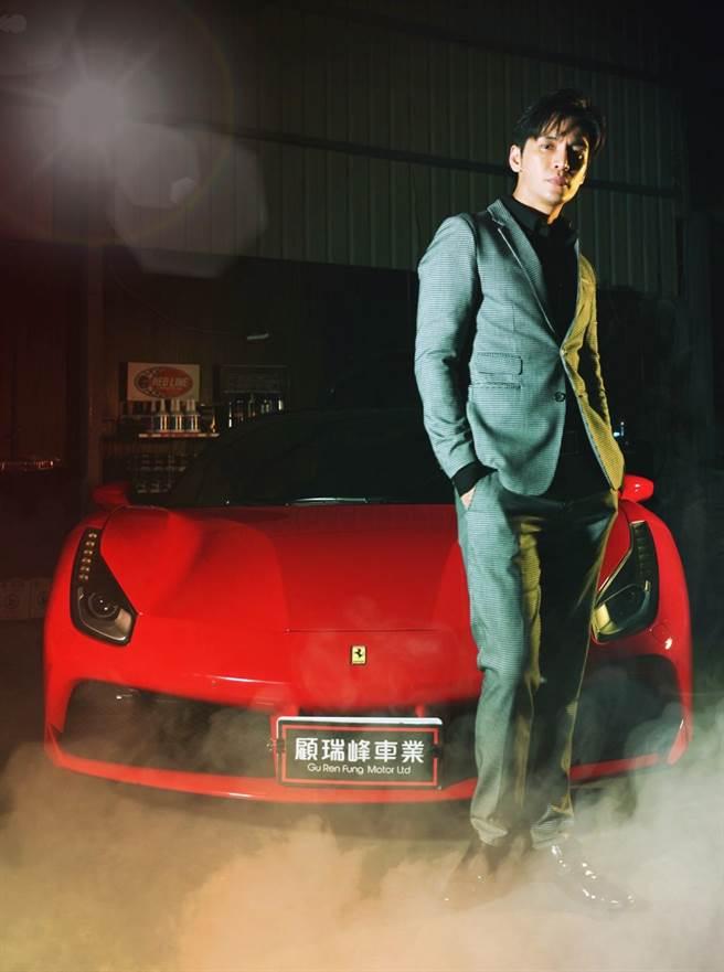 Gino忙拍戲也常研究車。(林修毅提供)