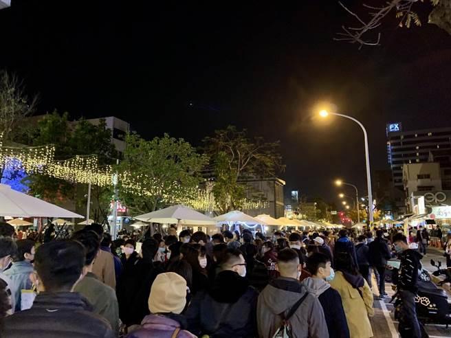 台南甜點節30日在中西區海安路登場,吸引大批人潮。(李宜杰攝)
