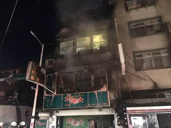 基隆東信路民宅竄大火 警消衝進火場驚見一具焦屍。(吳康瑋攝)