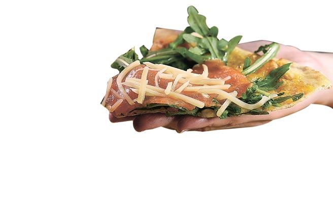 二店的〈煙燻鮭魚芝麻葉Pizza〉,滿滿芝麻葉是主廚謝宜榮岳母在雲林種植的。圖/姚舜