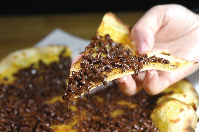 「隱藏版」的〈巧克力披薩〉,是在餅皮上舖了法國50%CACAO BARRY巧克力豆烤製。圖/姚舜