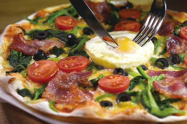 〈弗倫提納披薩〉的餡料有台灣煙燻培根、菠菜、小番茄、黑橄欖與雞蛋。圖/姚舜