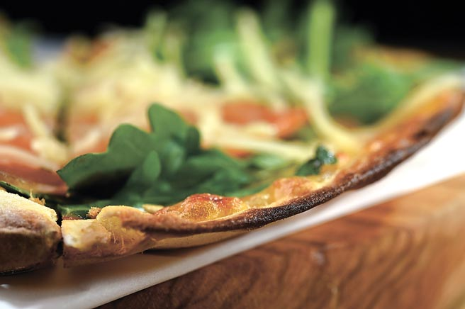 Pizza主打薄脆餅皮。圖/姚舜