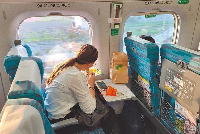 交通部宣布2月1日起將實施大眾運輸禁止飲食規定,包括台鐵、高鐵等運具內禁止飲食,特殊需求者在保持社交距離或有適當阻隔設備下,可暫時取下口罩飲食。(杜宜諳攝)