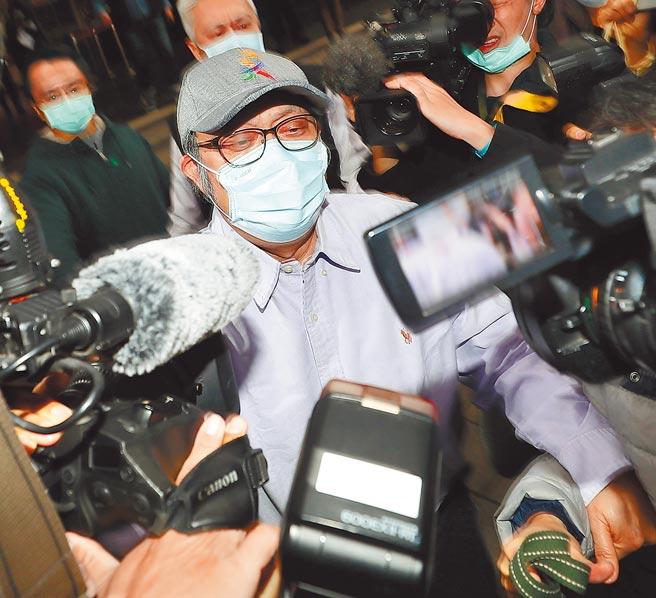 台北地院合议庭裁定苏震清以1000万元交保,苏在大批媒体包围下步出地院。(季志翔摄)