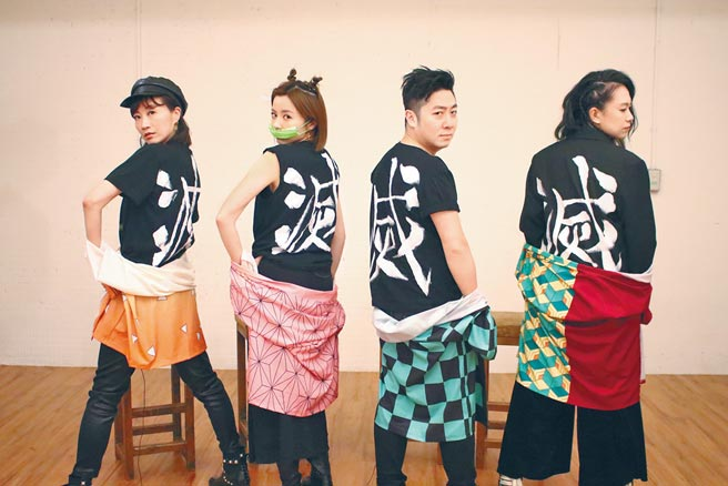 潘奕如(左起)、王瞳、艾成、張芸京拍攝教會影片,Cosplay《鬼滅之刃》十分逗趣。(摘自臉書)
