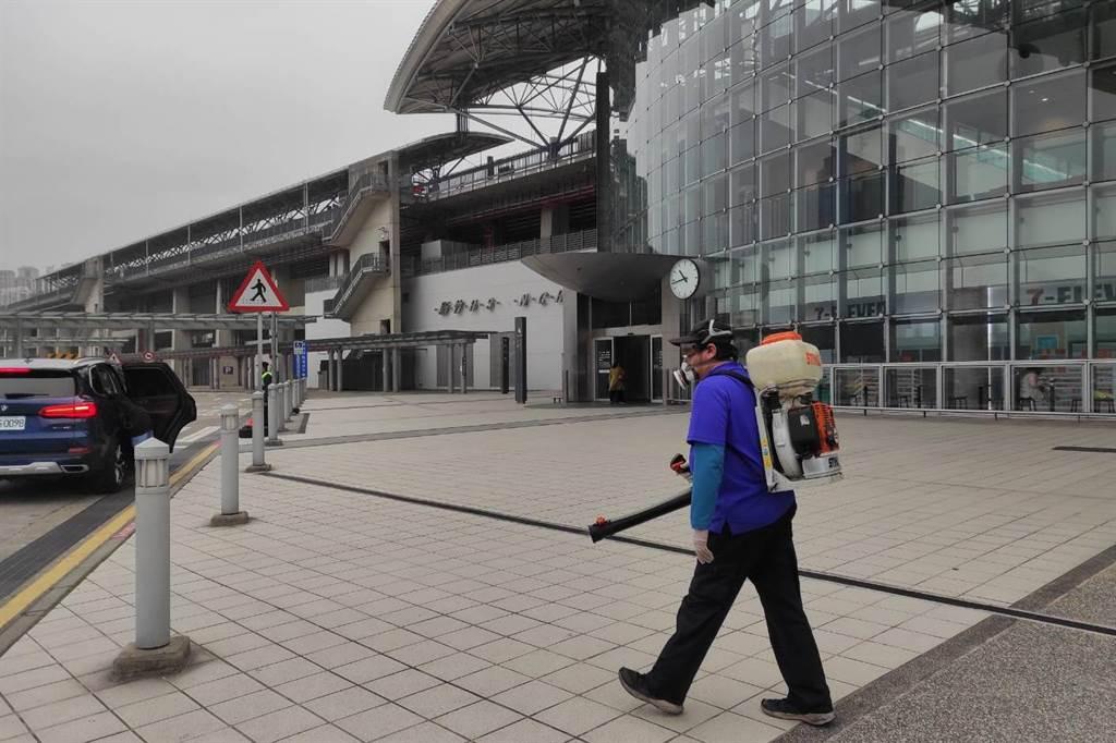 新竹高鐵站區加強消毒。(新竹縣政府提供/羅浚濱新竹傳真)