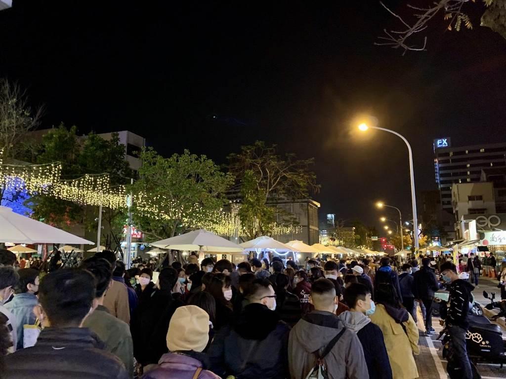 台南首屆甜點節30日在中西區海安商圈登場,湧入大批民眾。(李宜杰攝)