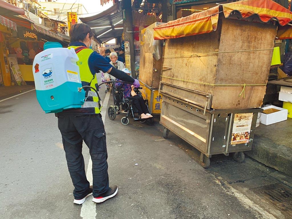 南桃園某市場昨下午緊急消毒,引發周邊攤販議論紛紛。(黃婉婷攝)