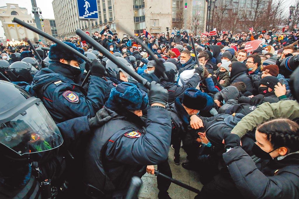 納瓦尼的支持者不為所動,揚言31日再次發動全國性示威。圖為俄羅斯示威民眾。(路透)