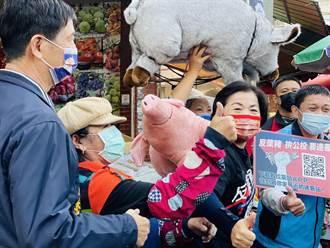 楊瓊瓔揹粉紅豬反萊豬 上市場吆喝連署拚50萬份