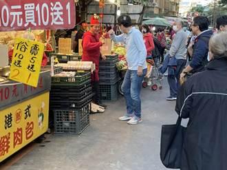 費鴻泰赴市場拜年祝攤商發財  巧遇「財神爺」