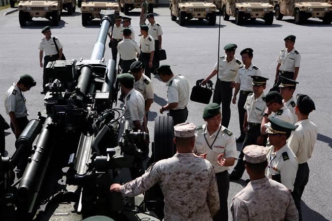 霍農認為,美日同盟讓美國可在亞太地區維持前進部署與戰備兵力,卻是由日本買單;加上拜登為國內事務所纏身,該同盟讓拜登可在解決國內問題的同時,仍保持在國際事務的影響力。圖為美軍向陸自學官簡介M777A2。(圖/DVIDS)