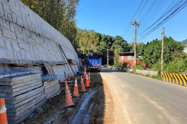 竹122線31K瓶頸路段拓寬為8米已近完工,春節前可雙向通車。(羅浚濱攝)