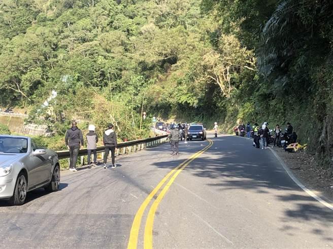 34歲周姓男子騎乘重型機車自摔,釀成後方3車事故。(翻攝)