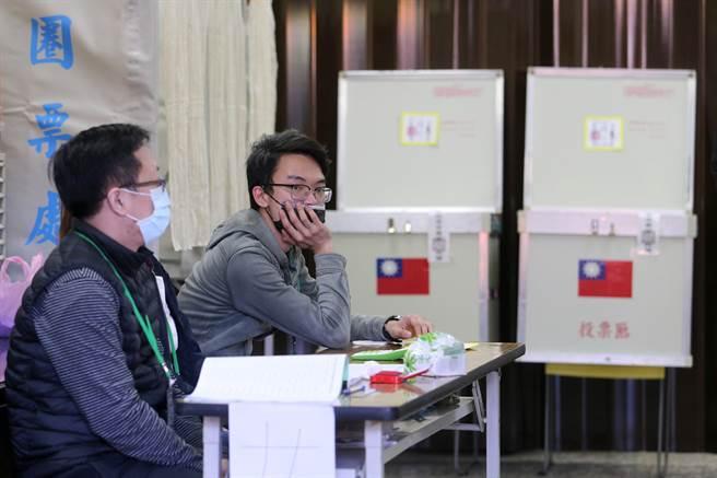 吳怡農同額競選且篤定當選,投票率比起前幾屆明顯下降不少,選務人員手拖著下巴,等待黨員前來投票。(黃世麒攝)