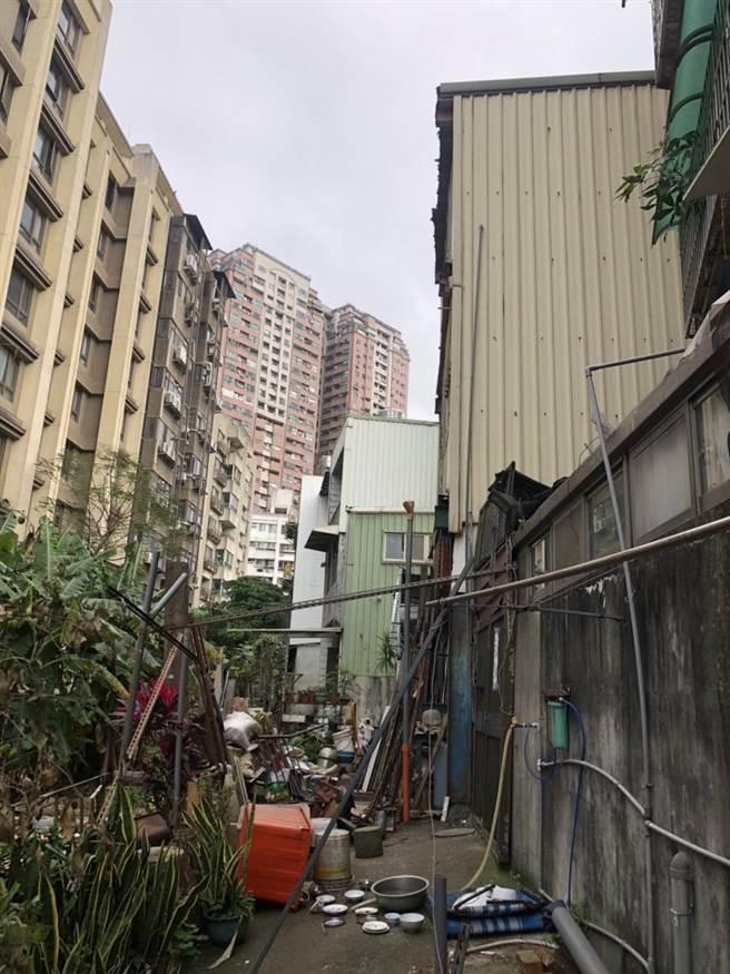 经过新北市拆除大队协助,屋主已在近期自动拆除违建。(新北市工务局提供/许哲瑗新北传真)
