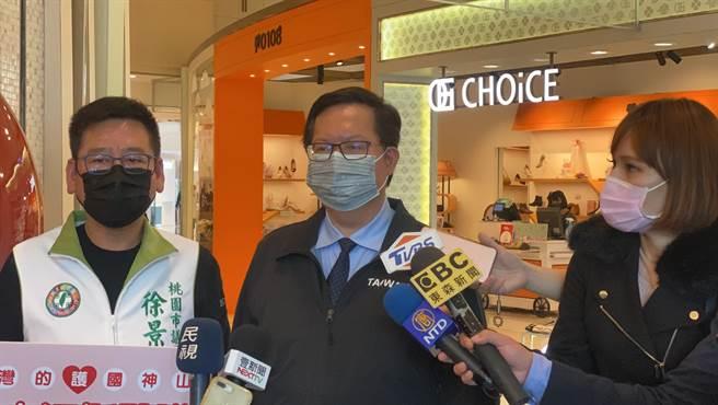 桃園市長鄭文燦今天下午前往大江購物中心視察防疫作為。(黃婉婷攝)