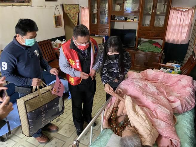 張如君(左三)為長者送上毛毯,讓老人家暖暖過冬。(泛美國際文教基金會提供)
