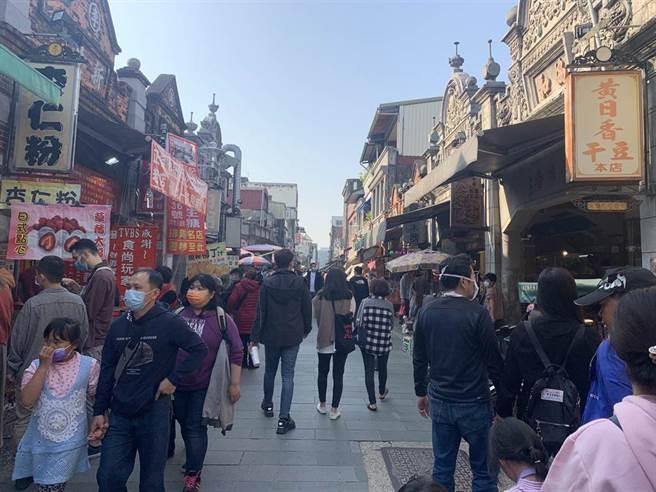 桃園大溪老街是案908的足跡之一,但疫情指揮中心公布後遊客仍多。(黃婉婷攝)