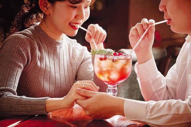 台北福華的七賢吧推出情人節雙人特調,浪漫百分百。圖/福華提供(禁止酒駕飲酒請勿過量)