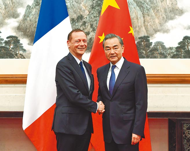 大陸國務委員兼外長王毅(右)29日與法國總統外事顧問博納,舉行中法戰略對話。圖為兩人2019年7月在北京會面。(新華社)