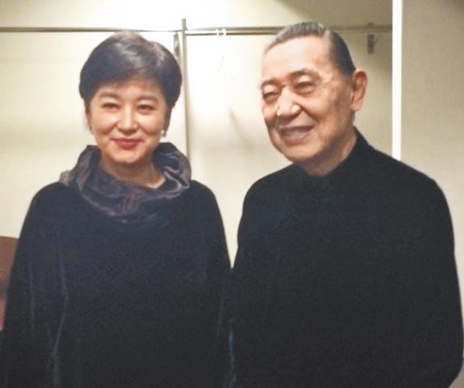 傅聰(右)2013年11月到香港演奏,在後台與林青霞合影。(林青霞提供)