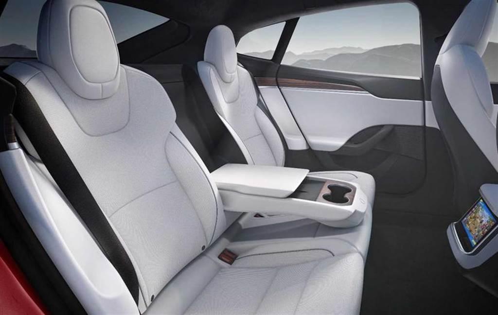 後座也有無線充電板,你可能不知道的新款 Model X、S 小細節大公開