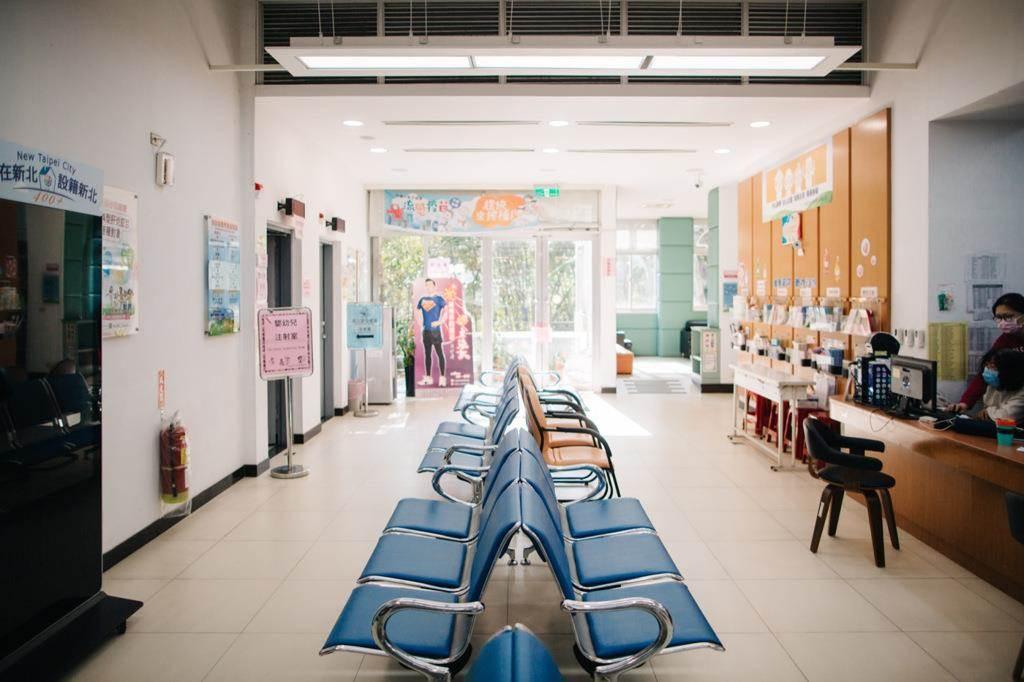 汐止衛生所改造前色彩紛亂、各類標示與文宣眾多,使民眾難以吸收資訊。(Photo Credit:台灣設計研究院)