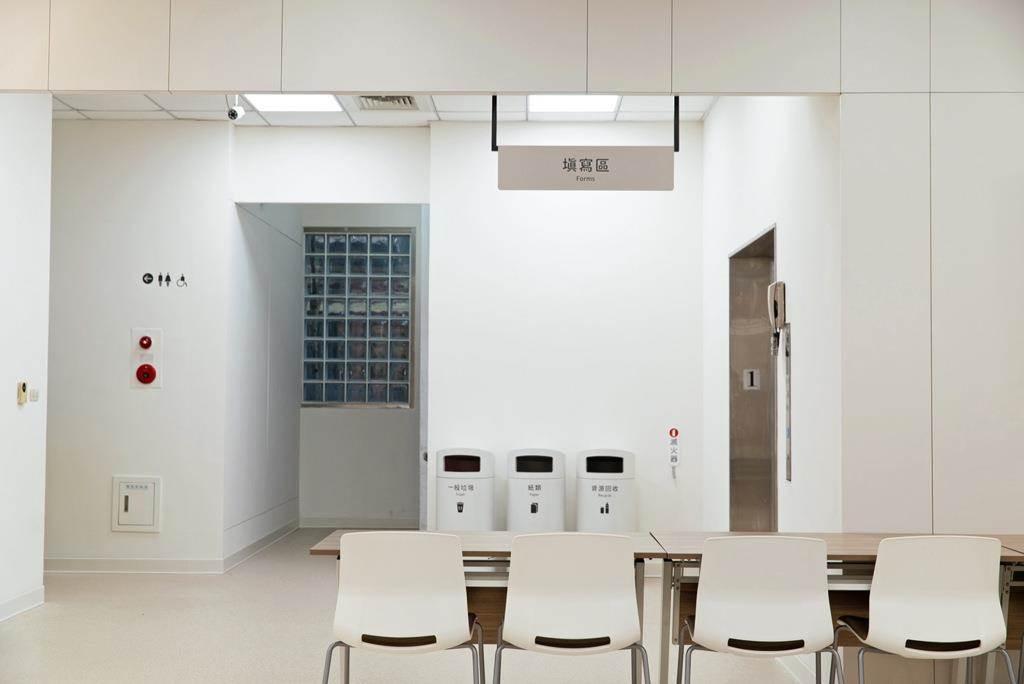 規劃填寫區域,方便民眾掛號前舒適的填寫資料。(Photo Credit:台灣設計研究院)
