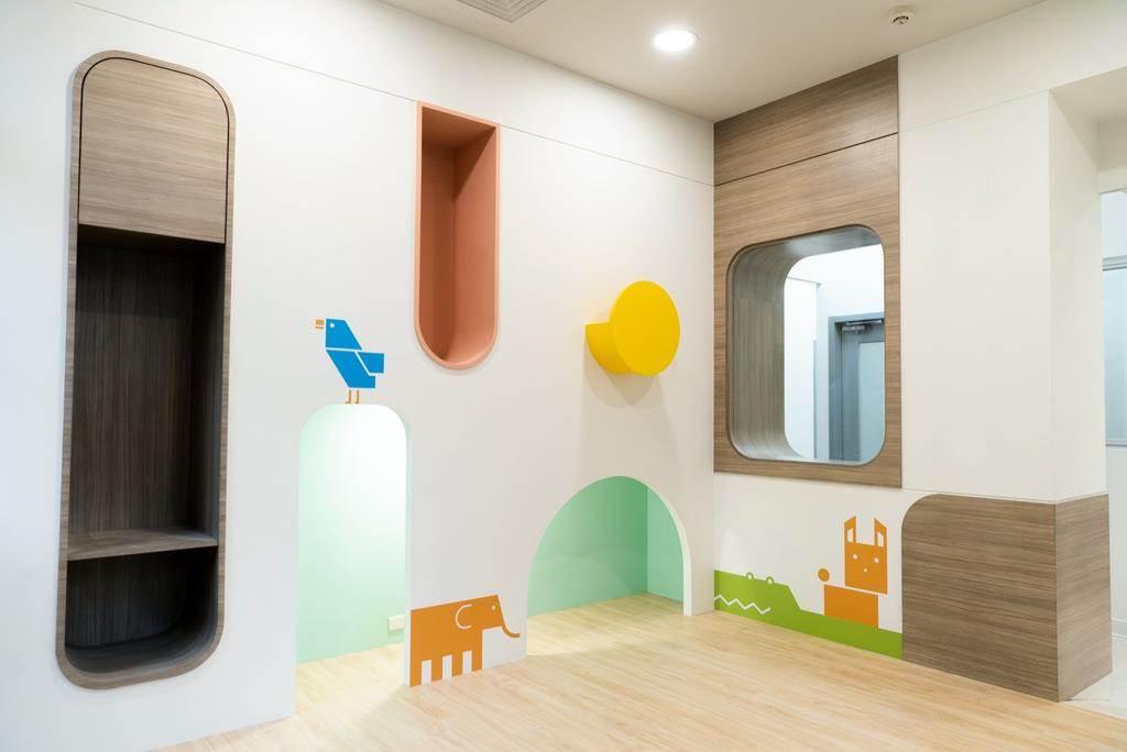 位在衛生所最後方的「遊戲室」,鄰近處便是「兒童發展室」,簡化家長帶著小孩到衛生所的活動動線。而遊戲室的動物圖案,也置入此次設計衛生所標誌衍伸的輔助圖案呢!(Photo Credit:台灣設計研究院)