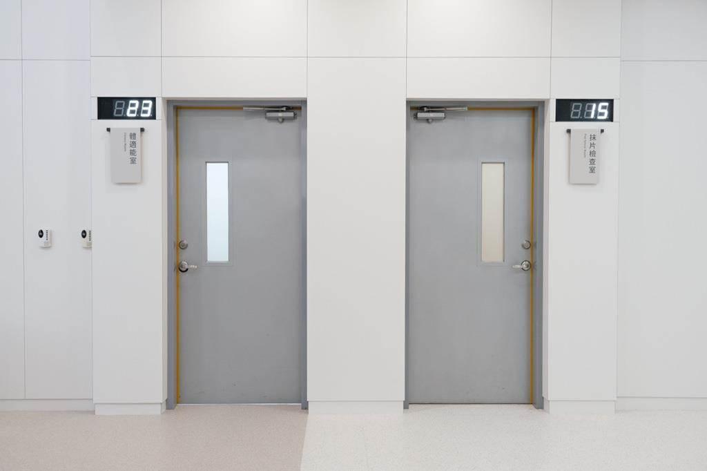 壁面選用整齊劃一的模組尺寸牆板。(Photo Credit:台灣設計研究院)