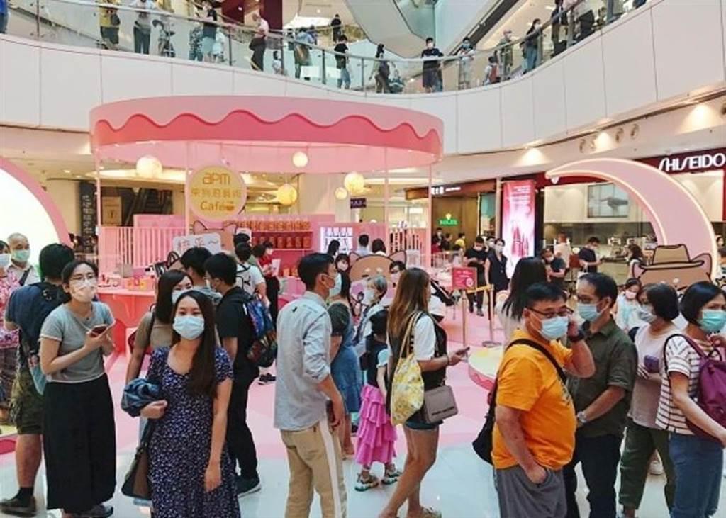 香港政府擔心春節期間有大量市民外出活動,會再出現群組爆疫,將延長社交距離措施至17日。(取自東網)